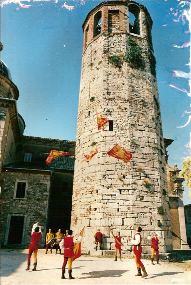 Medievalia - sbandieratori posterola - Torre del duomo di Amelia 2000 - (www.sbandieratoriamelia.it)